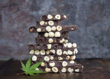 Chocolat noir aux noisettes entières maison